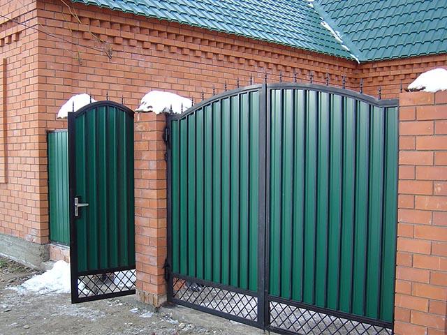 Распашные ворота из металлопрофиля